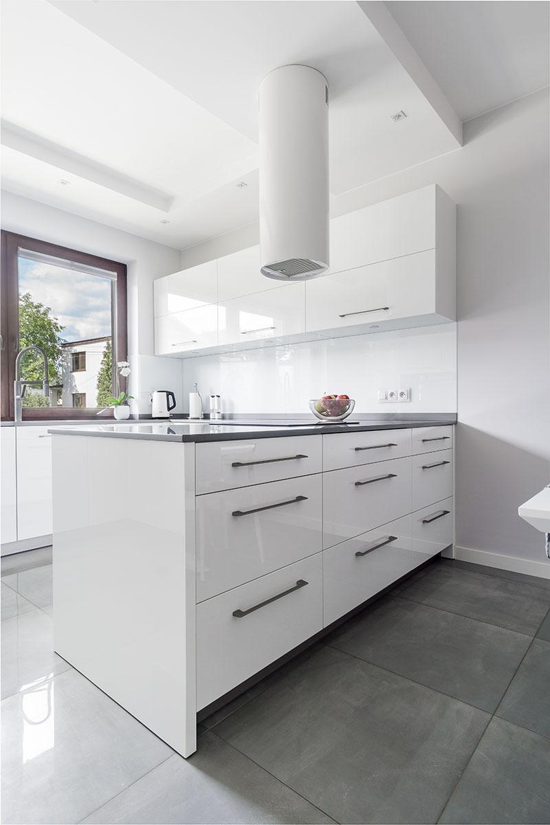 Ujęcia kuchni z płyty w białym połysku