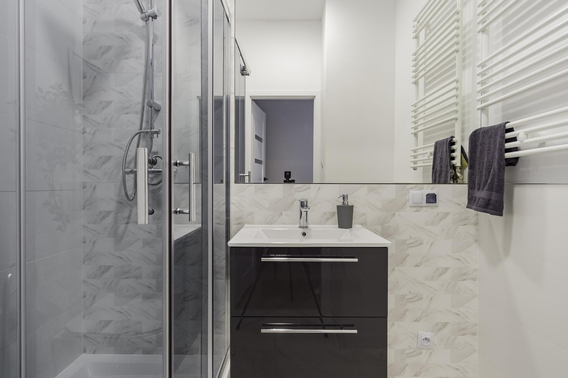 łazienka z kabina prysznicową