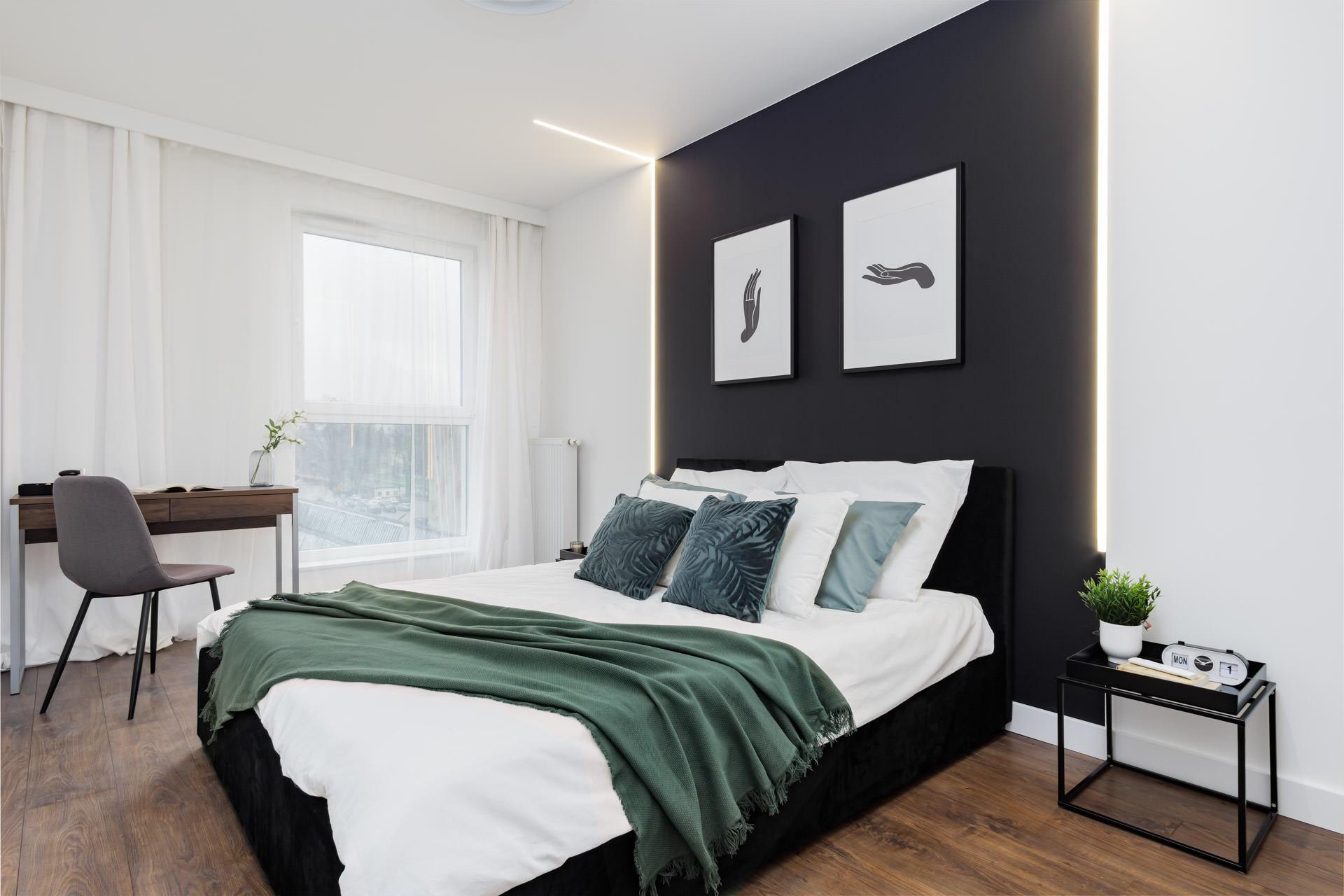 Nowoczesna sypialnia z czarną ścianą