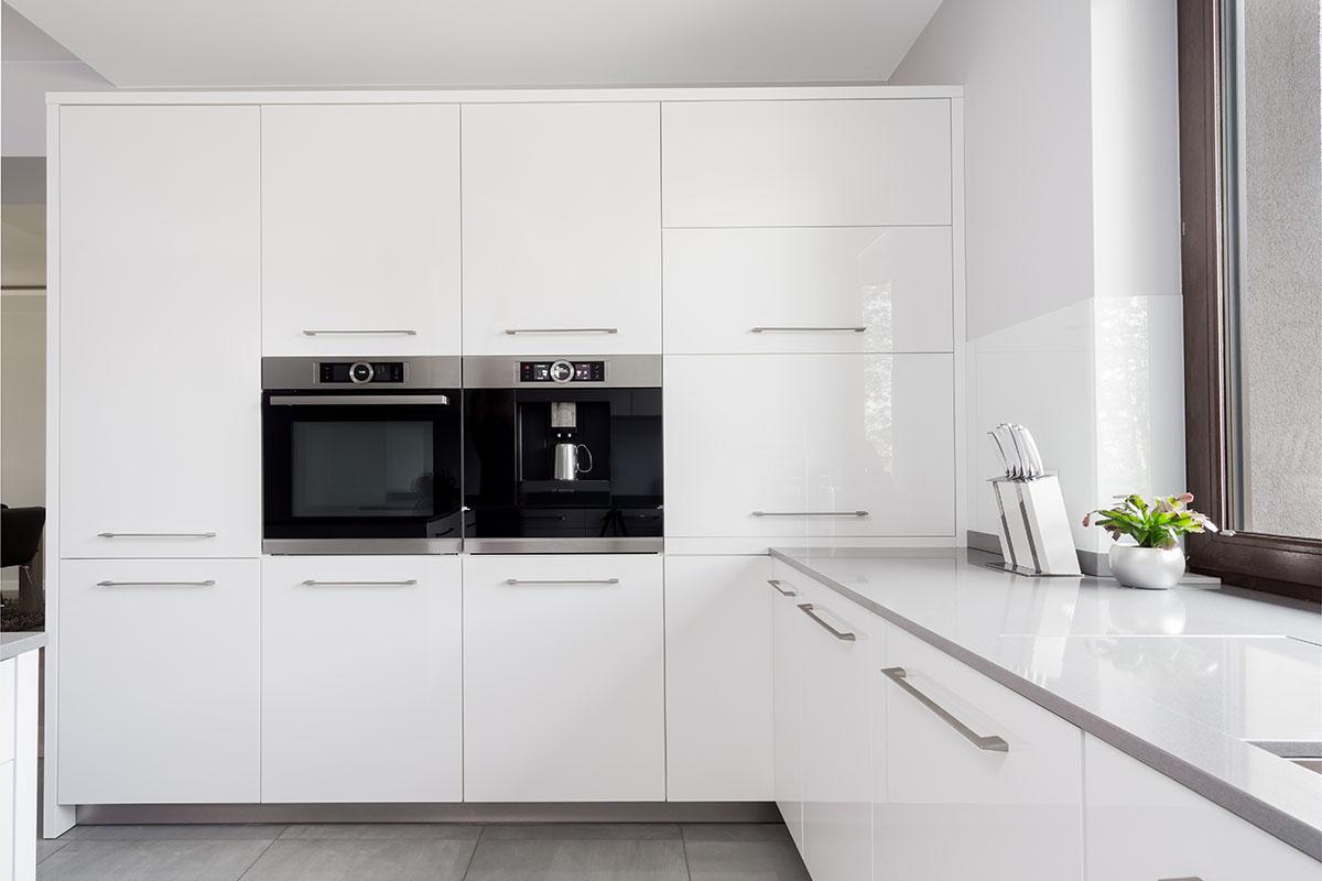 Biała kuchnia szarym blatem - zdjęcia Wow House
