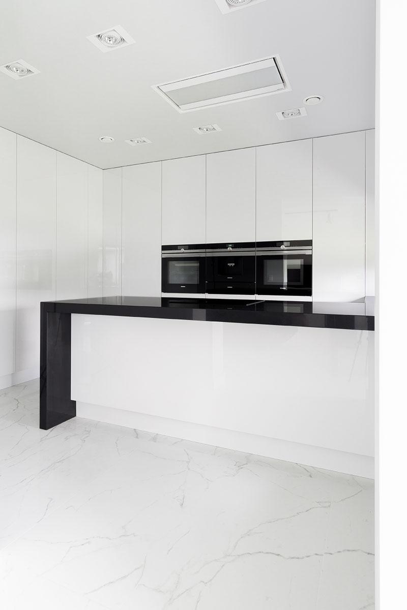 Sesja zdjęciowa białej kuchni z czarnym blatem