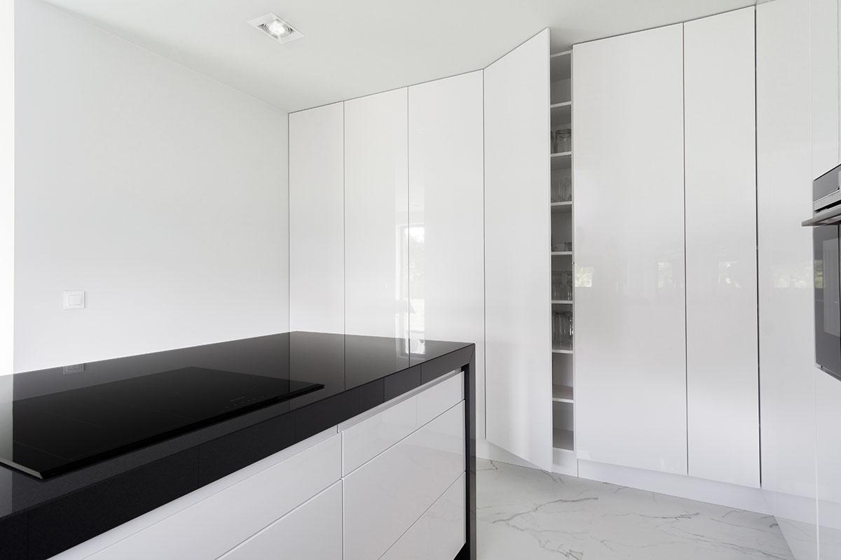 Sesja zdjęciowa minimalistycznej kuchni z czarnym blatem