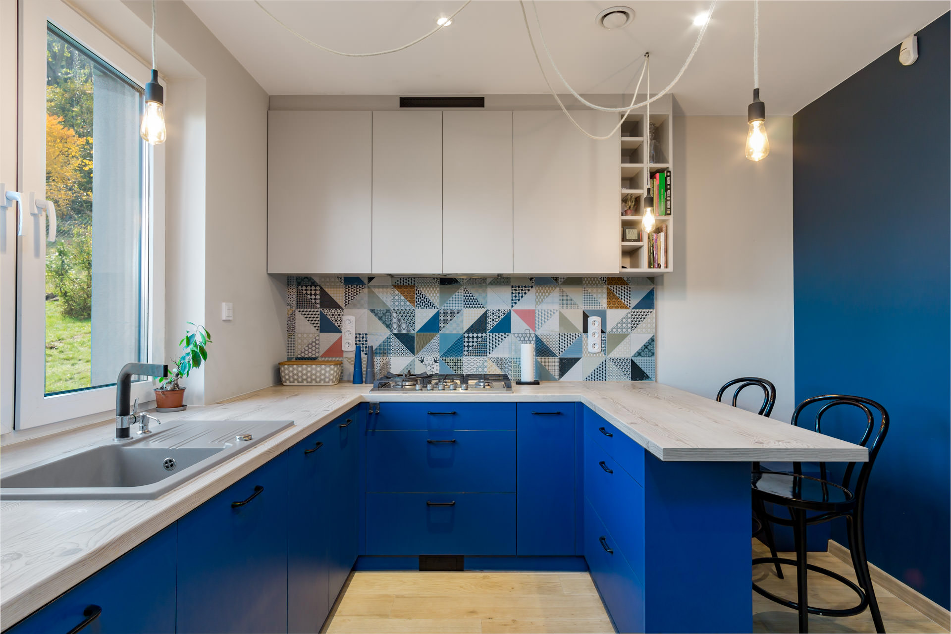 Granatowe fronty w kuchni