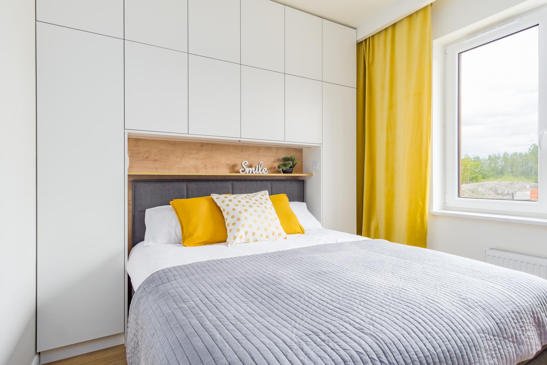 Zabudowa mebloa w małej sypialni