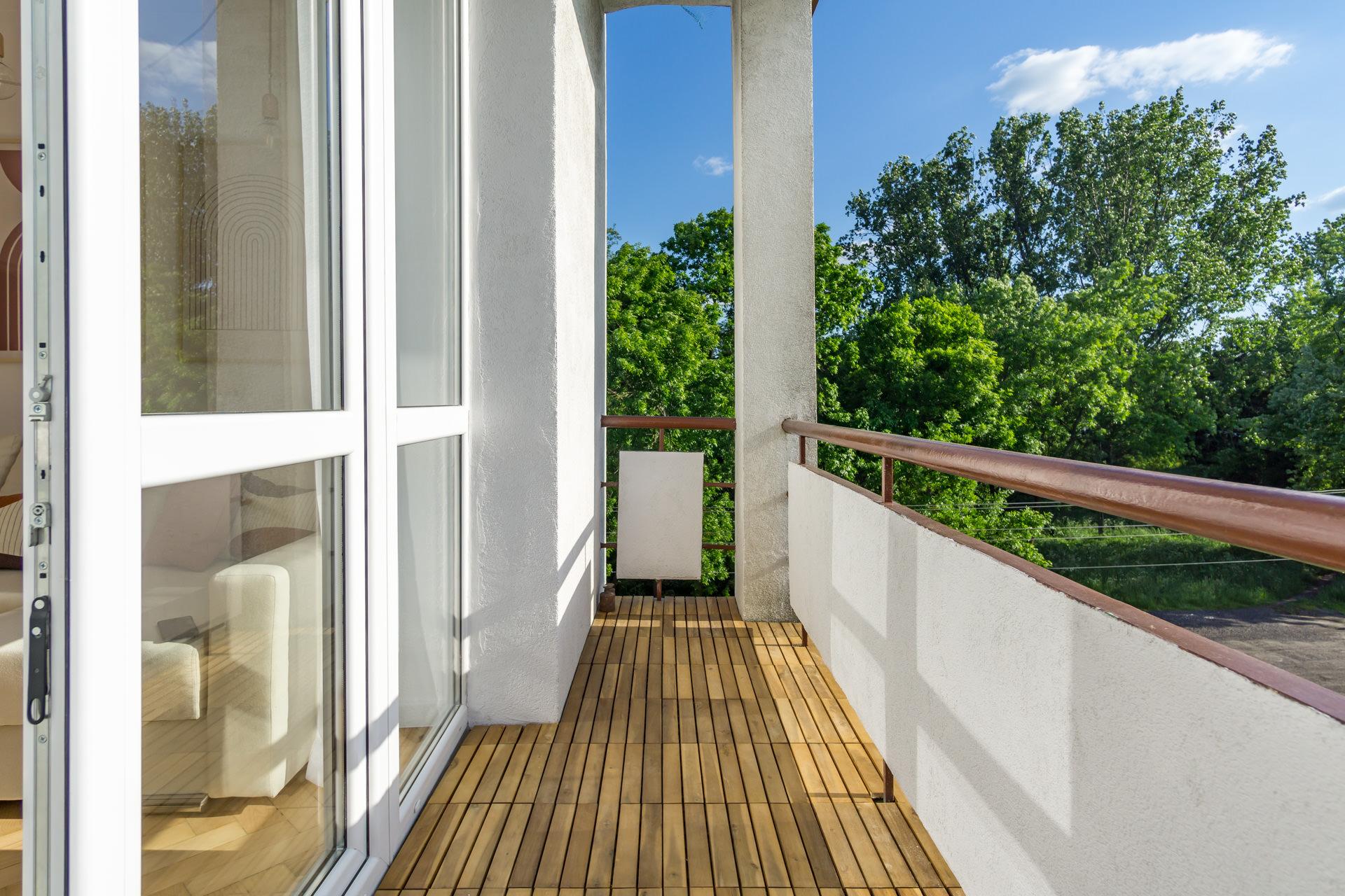 deski akacjowe na balkonie