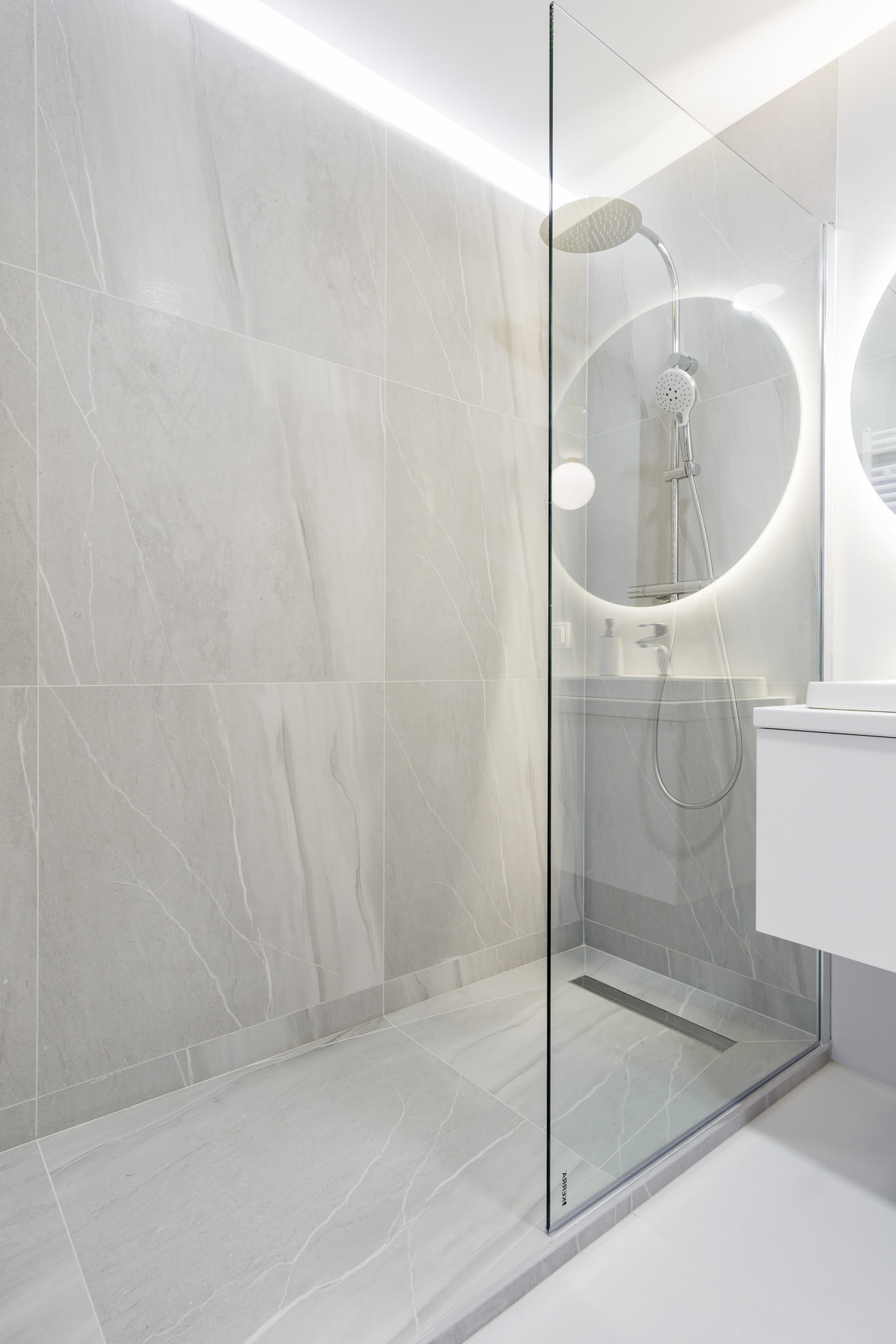Projekt wnętrz nowoczesnego apartamentu -łazienka