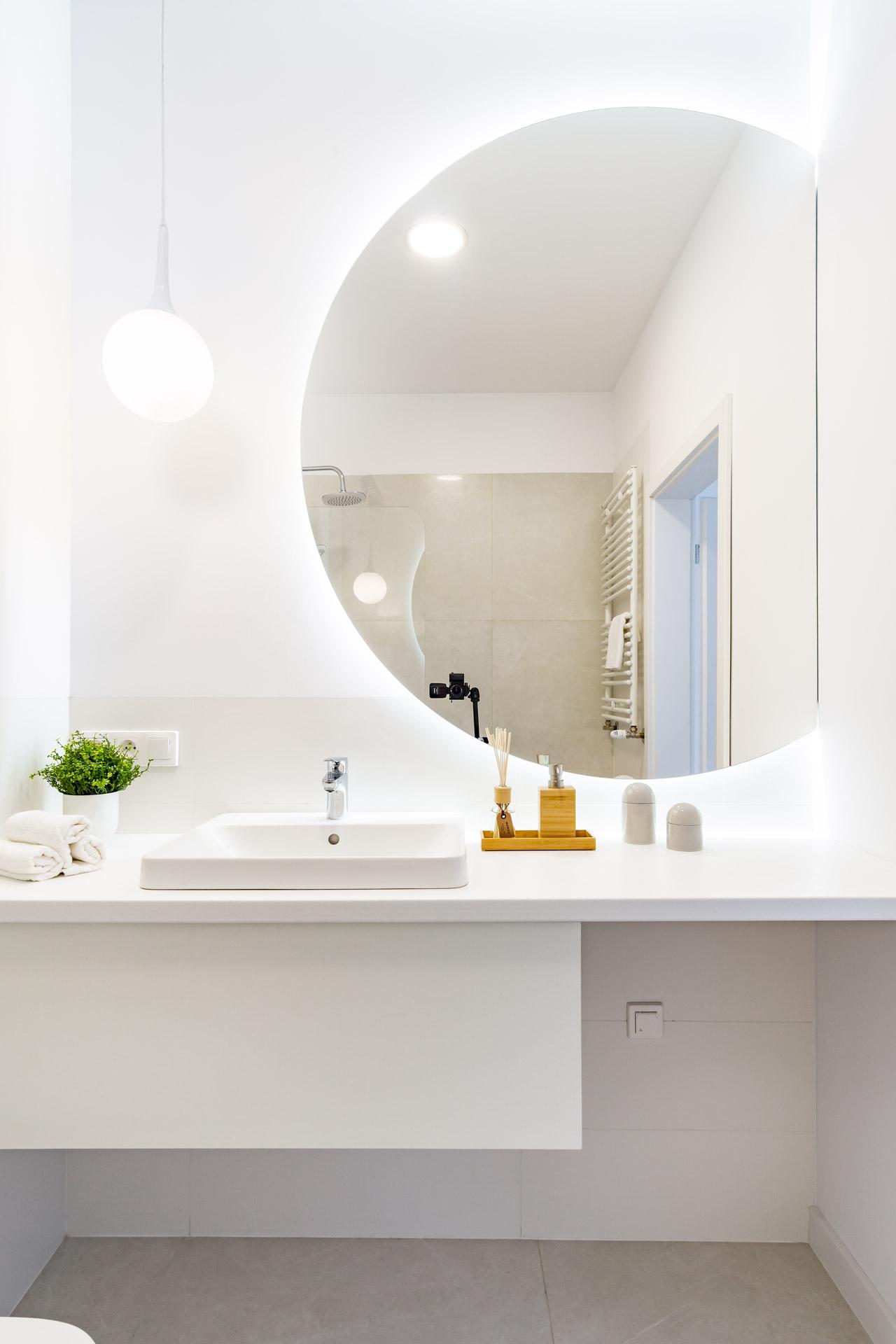 Łazienka z wanną w apartamentowcu